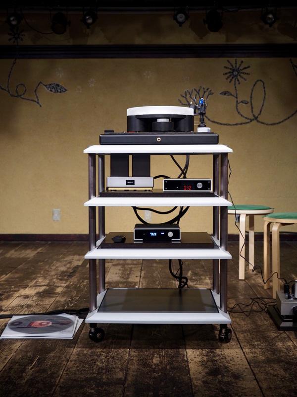 image er5_12 ステージに設置された主な試聴機材。ワイアリングはすべてACOUSTIC REVIVEのケーブルを使用している