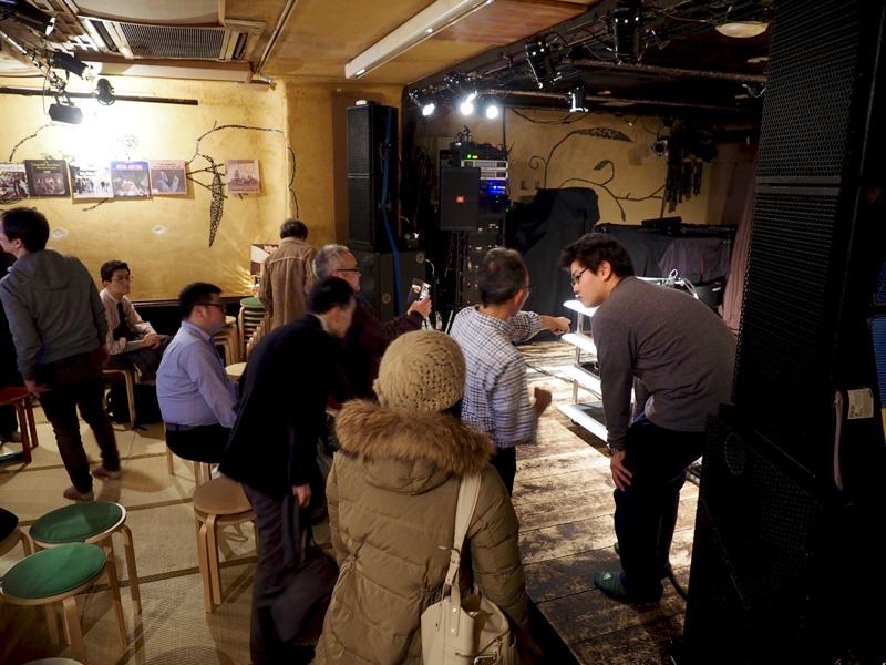 image er5_17 終演後、機材に興味を持った観客に対応する菅沼洋介さん